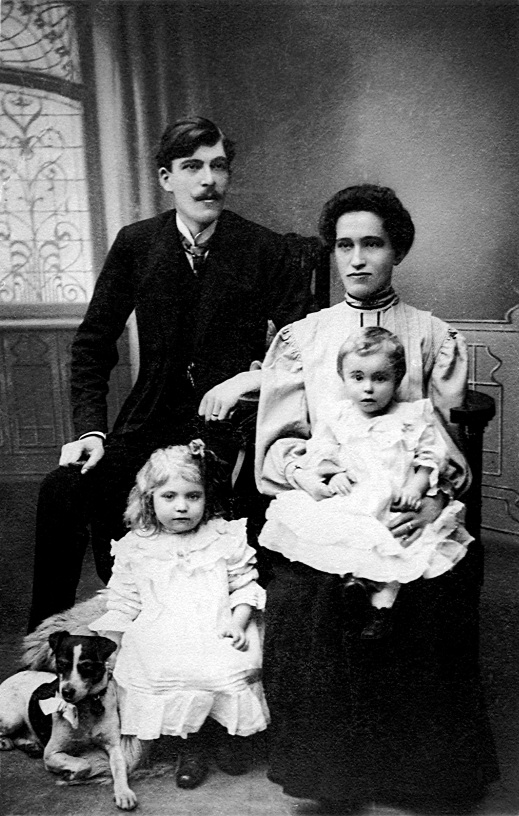 FIG 1 Novotná with her parents and older sister (1907 or '08)